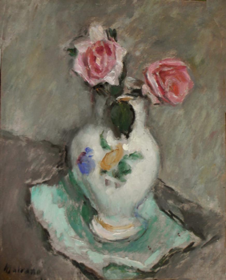 Vaso con due rose su carta turchese