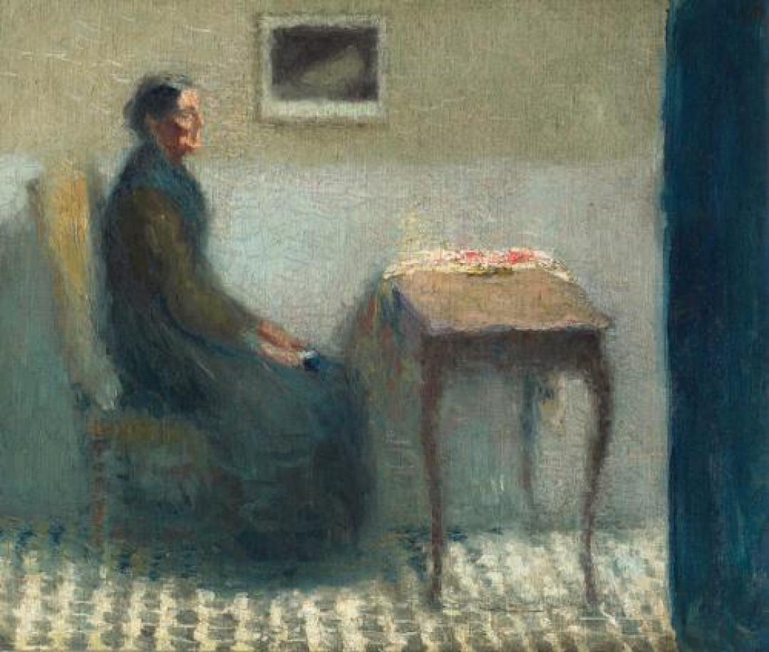 Donna seduta al tavolino