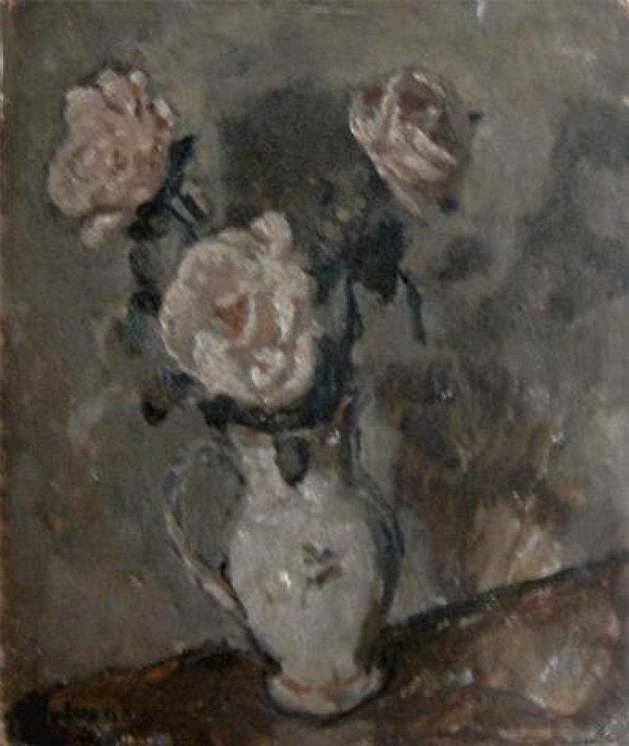 Vaso di rose su sfondo grigio