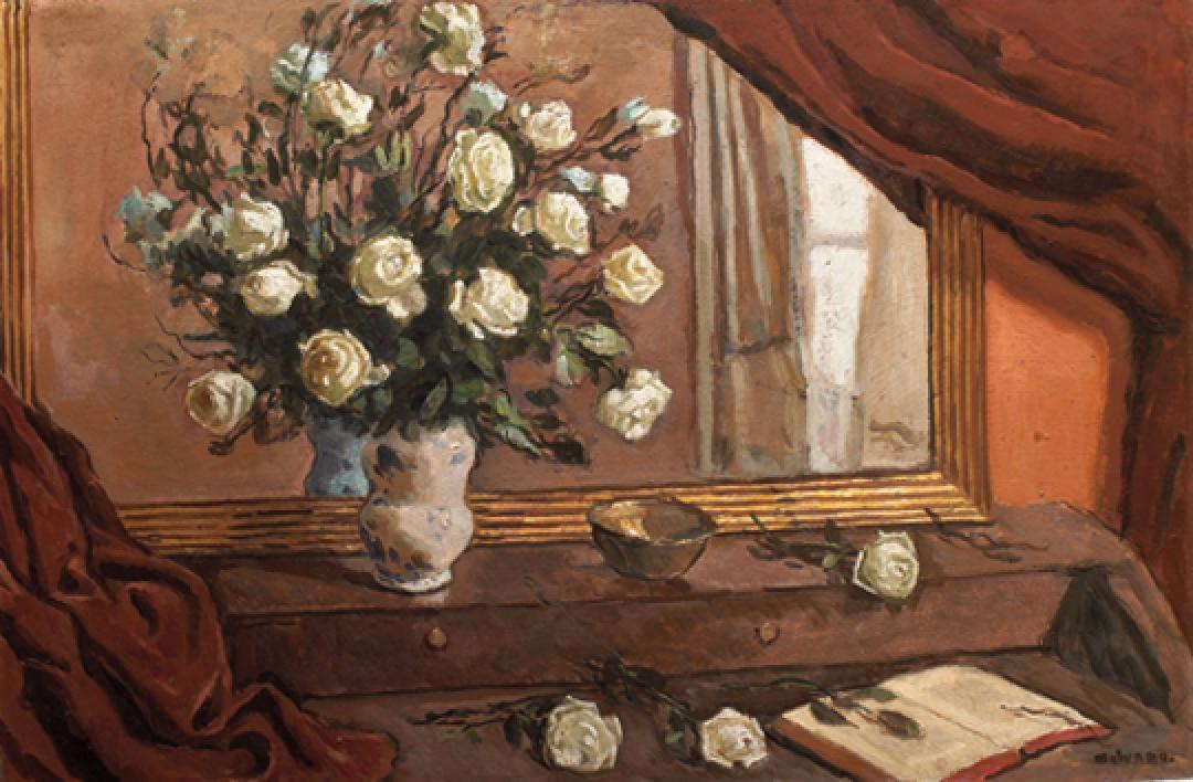 Composizione con rose bianche allo specchio